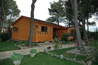 Casa en Carrer quinze, 4. Preciosa casa de madera, en perfecto estado y con