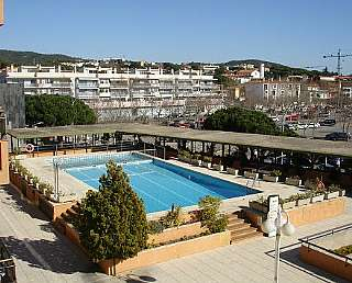 Lloguer Apartament a Carrer juli garreta,15. Apartamento con piscina comunitaria