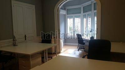 Alquiler oficina por 610 en carrer balmes muy luminosa for Alquiler de muebles de oficina