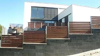 Casa en Carrer mirador, 29. Arquitectura cúbica en plena naturaleza