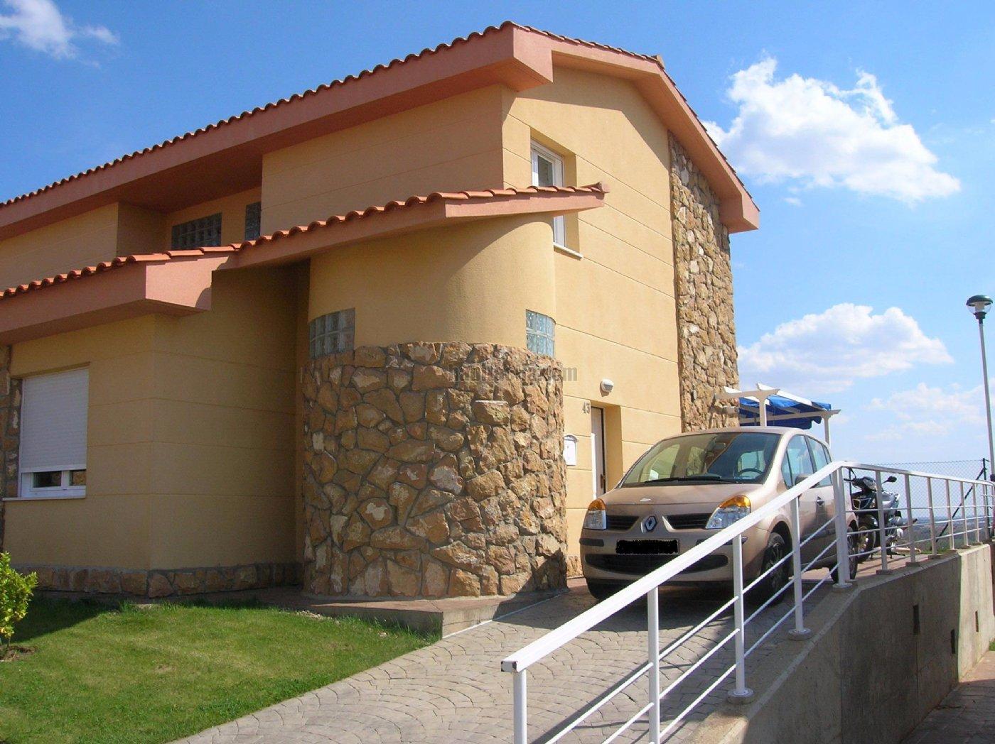 Alquiler casa pareada por 450 en calle entrepinos en for Alquiler casas urbanizacion sevilla golf