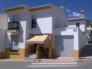 Casa adosada en Calle amapola    urb. lo colorado, 11. Zona muy tranquila, frente a un parque infantil.