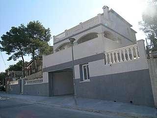 Alquiler Casa en Carrer alp, 22. Casa en solar de 600 m2 con ascensor y piscina