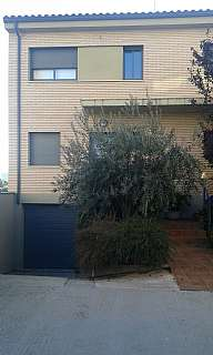 Casa adosada en Carrer vila de toluges, 5. Casa esquinera en borges blanques