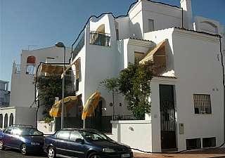 Piso en Calle iliada, 13. Casa amueblada con 3 plantas, terraza y garaje