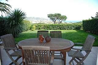 Planta baja en Carrer del serrà, 33. Apartamento con jardín y vistas en mediterrani
