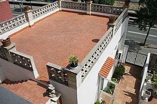 Casa pareada en Avinguda vallbona, sn. Casa grande, local y garaje para 4 coches!
