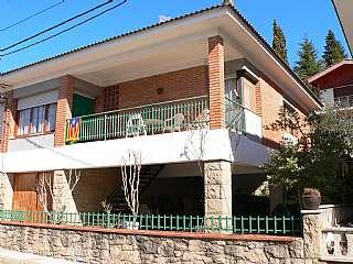 Casa adosada en Carrer sant joan, 2. Chalet con vivienda, amplio garaje y porche.