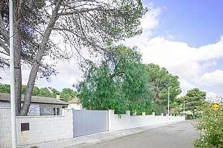 Terreno residencial en Bruch, 70. Parcela urbana con 2 chalets, piscina y zona verde