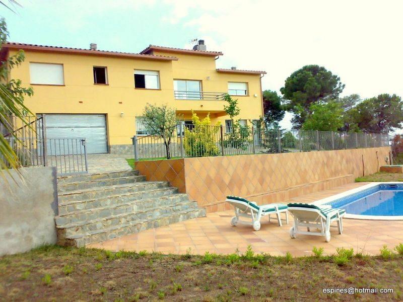 Casa por en carrer benidorm de 270m2 con terreno for Piscina lloret